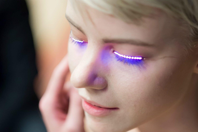 """b358ffec7 Uma das novidades do Carnaval deste ano são os """"cílios"""" de Led. O adereço é  uma fita de LED para ser colada nas pálpebras dos olhos, próximos aos  cílios, ..."""